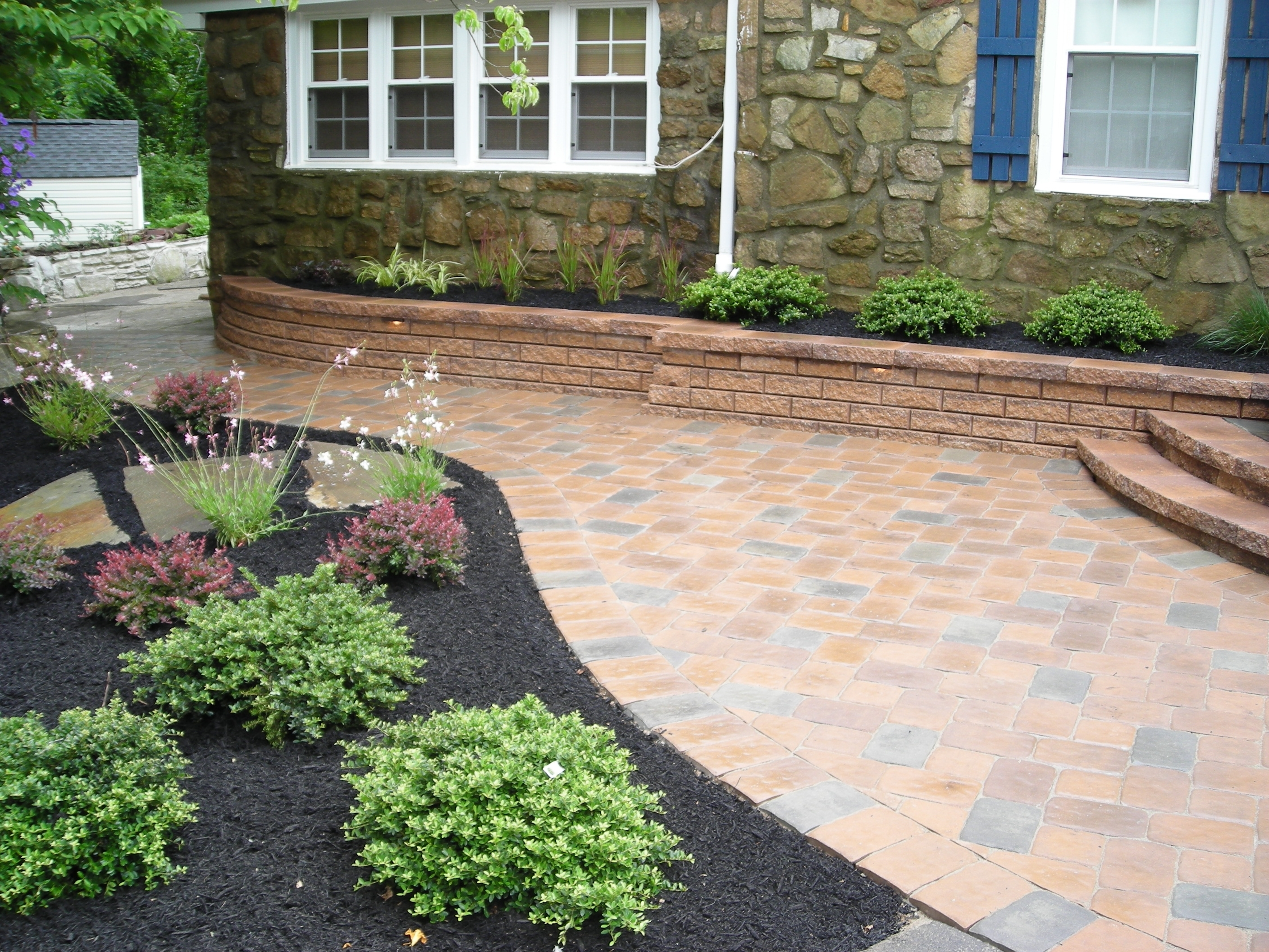 Paving ideas for small back gardens garden design for Paving stone garden designs
