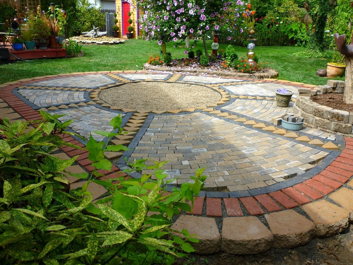 Paving ideas for small back gardens garden design for Landscaped back gardens