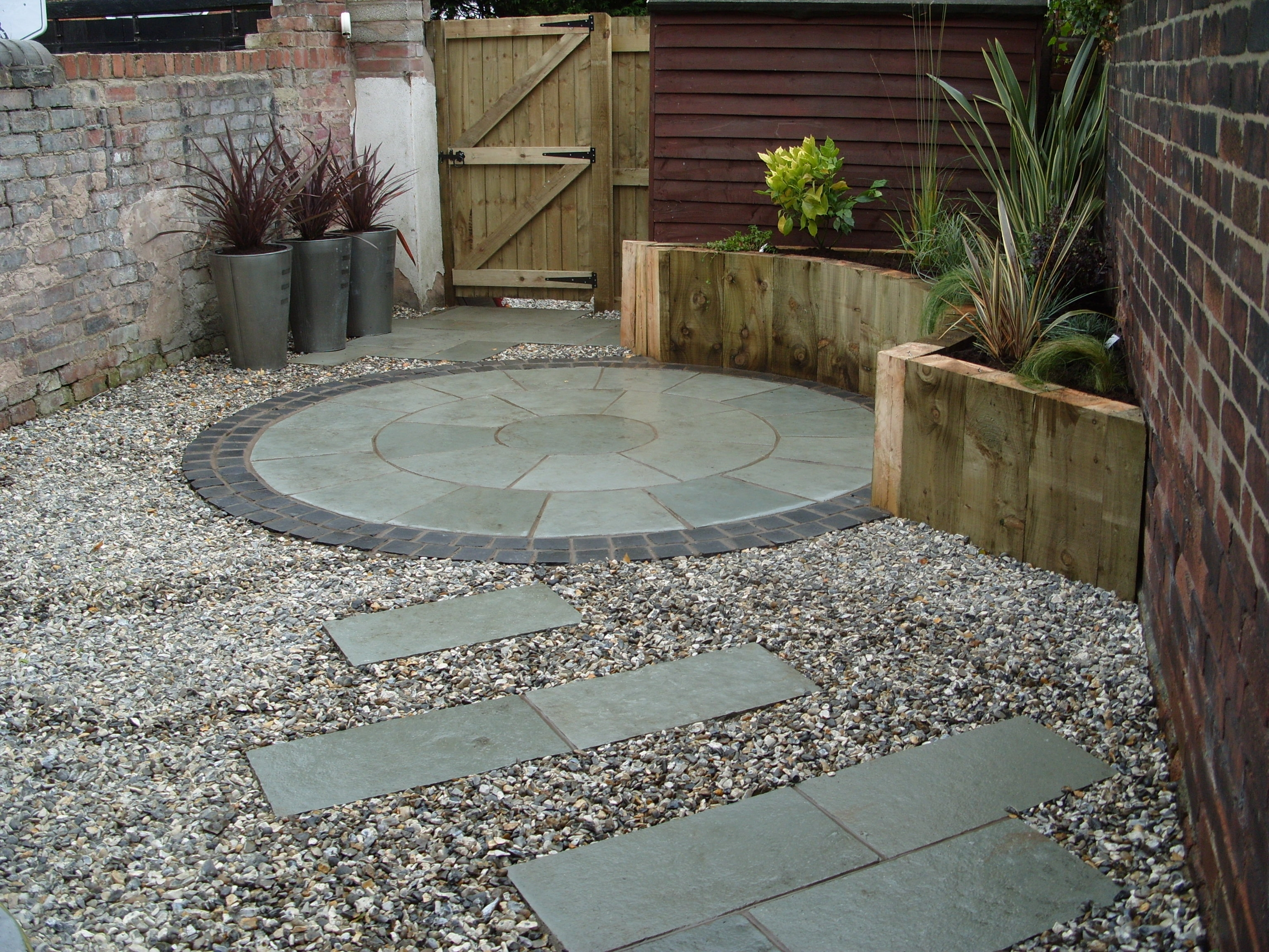 Paving ideas for small back gardens garden design for Small stone patio ideas